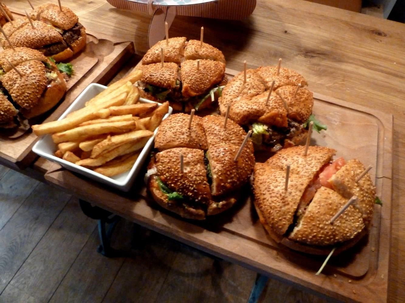 mega cheeseburger en costart cravate et frite de l 39 atelier restaurant la penderie paris. Black Bedroom Furniture Sets. Home Design Ideas