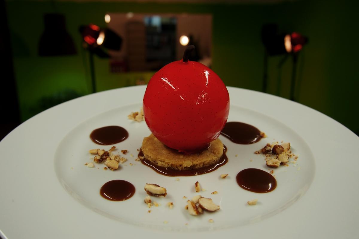 dessert pomme damour sph 232 re de chocolat blanc garnie de mousse vanille calvados par arnaud