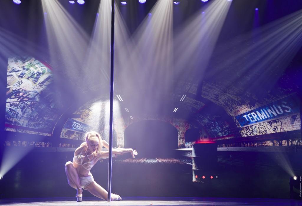 MUGLER FOLLIES 100ème centième Le Comédia Spectacle Manfred Thierry Mugler cabaret live paris show girls numéro glamour PoleDance
