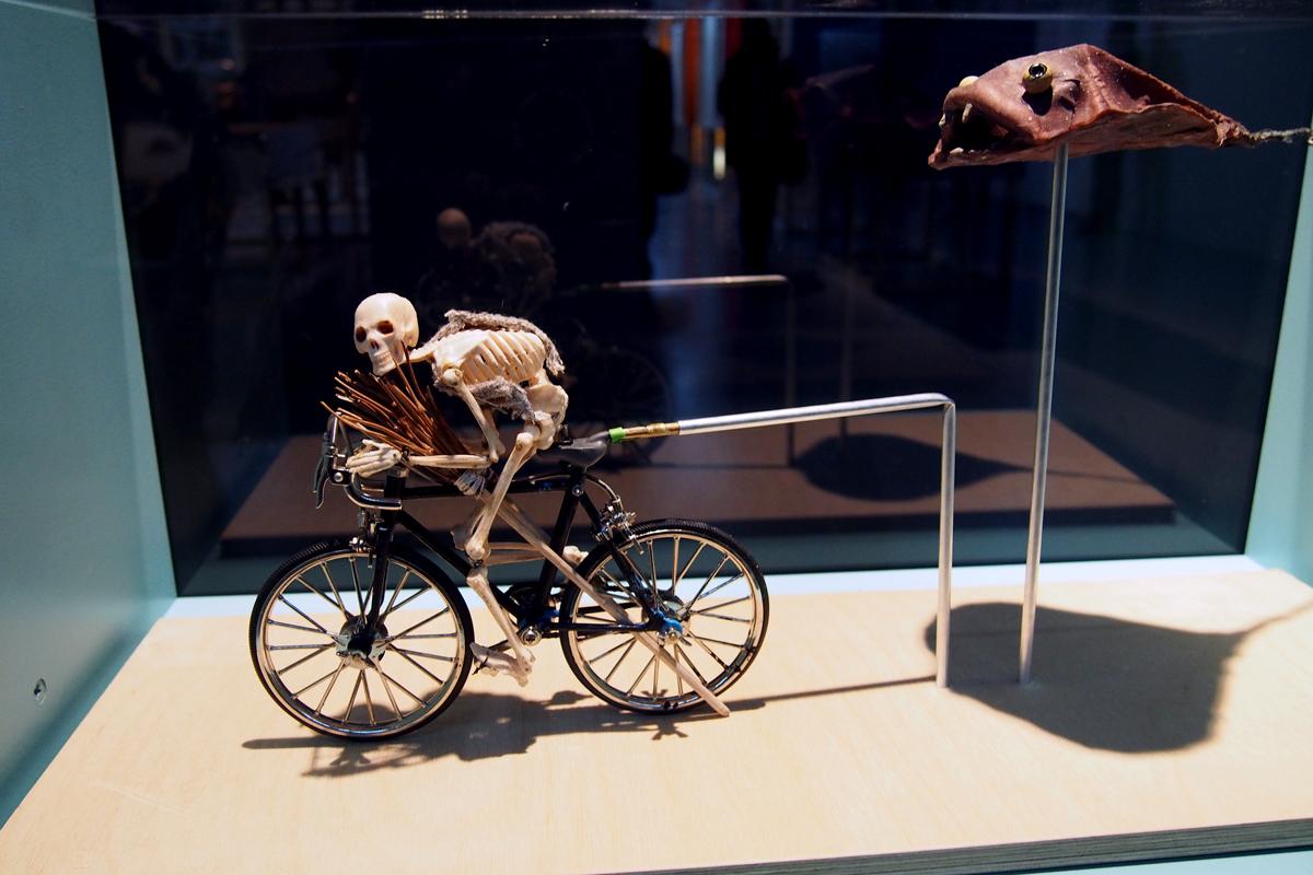 Squelette-cycliste-vélo-poursuivi-film-animation-exposition-Motion-Factory-les-ficelles-du-monde-animé-La-Gaité-Lyrique-photo-United-States-of-paris-Blog