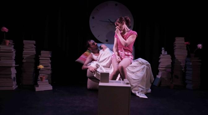 Joyeux anniversaire quand même : une comédie romantique de Lillian Lloyd au théâtre Les Déchargeurs