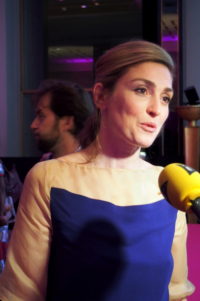 Julie-Gayet-actrice-cinéma-en-interview-soirée-Ruban-Rose-association-le-cancer-du-sein-parlons-en-Octobre-Rose-Pink-Eiffel-Tower-photo-by-United-States-of-Paris-blog
