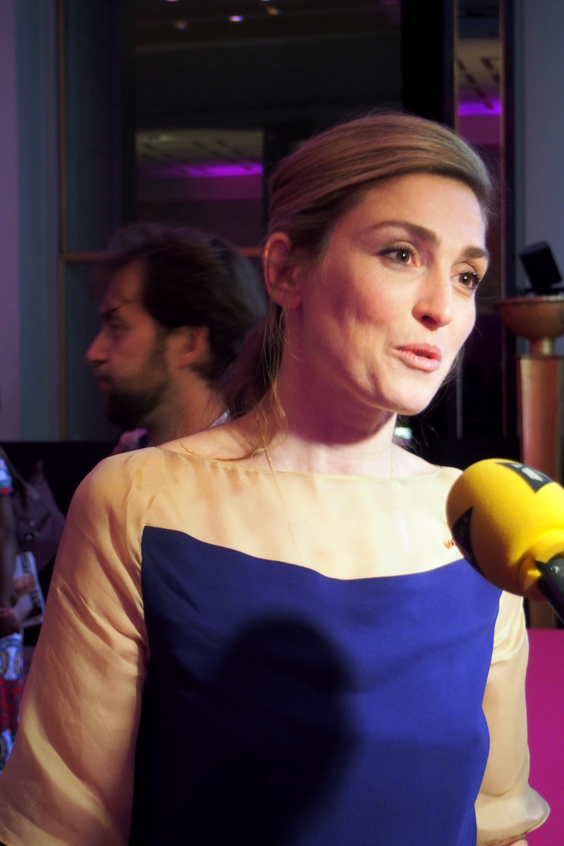 julie gayet actrice cin ma en interview soir e ruban rose association le cancer du sein parlons. Black Bedroom Furniture Sets. Home Design Ideas