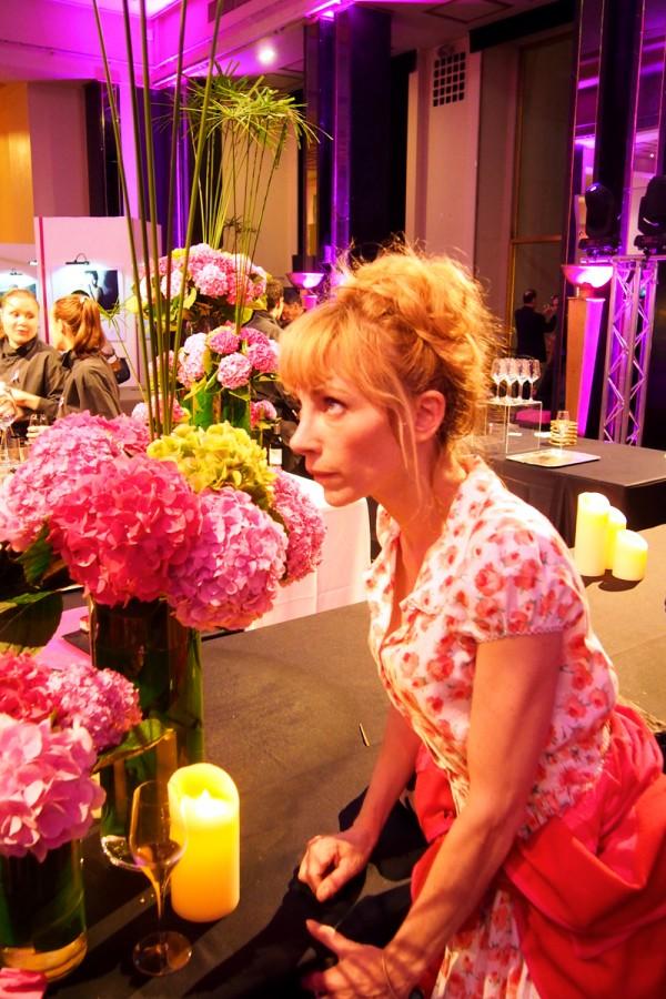 julien depardieu actrice cin ma portrait avec fleurs soir e ruban rose octobre rose pink eiffel. Black Bedroom Furniture Sets. Home Design Ideas