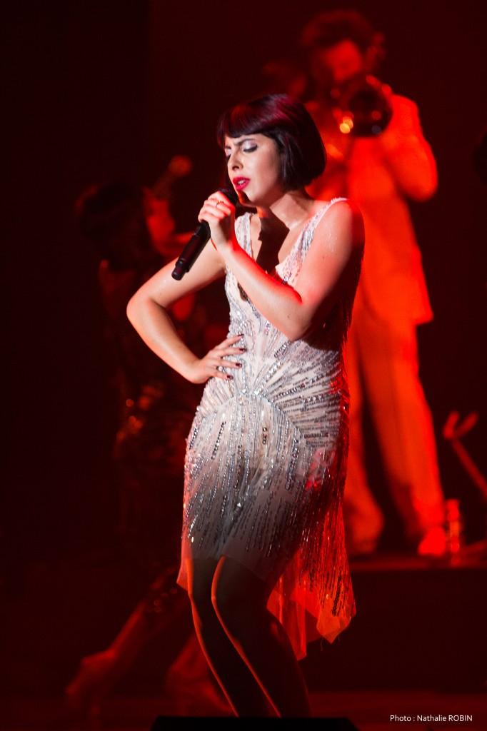La chanteuse Carmen Maria Vega est Mistingett Reine des années folles spectacle musical comédie musicale au Casino de Paris photo by Nathalie Robin