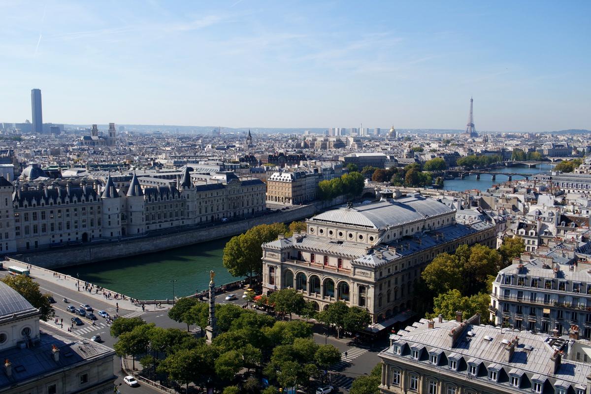 La-place-et-le-Théâtre-du-Châtelet-la-Conciergerie-Tour-Eiffel-tower-seine-vue-depuis-la-Tour-Saint-Jacques-rooftop-nx-mini-samsung-photo-by-United-States-of-Paris-blog