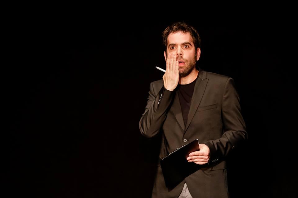 Le comédien Sébastien Castro vous présente ses condoléances photo de scène Comédie de Paris spectacle humour
