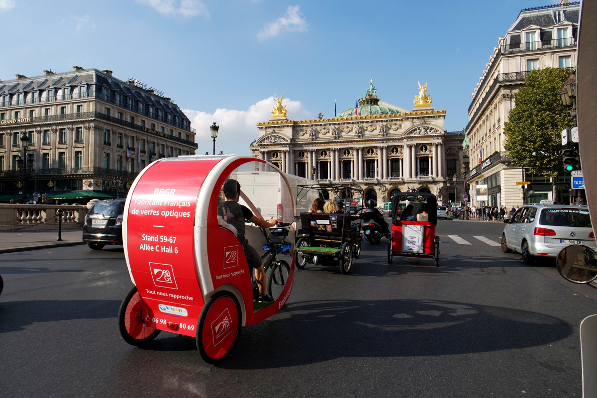 Pousse-pousse-tuk-tuk-vélo-rues-de-Paris-Avenue-de-lOpéra-rentrée-culturelle-avec-Office-de-Tourisme-ville-Paris-photo-by-United-States-of-Paris-blog