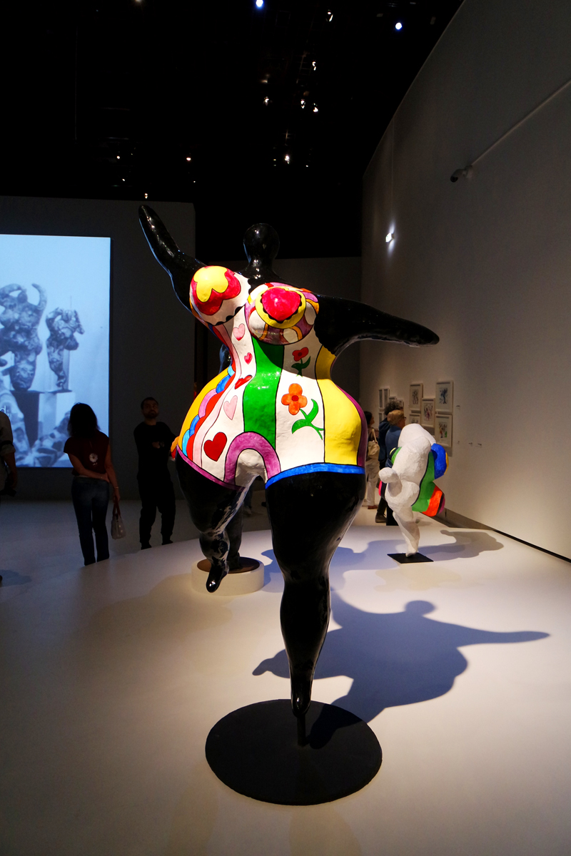 Sculpture-Nana-dansante-danseuse-by-Niki-de-Saint-Phalle-exposiiton-rétrospective-artiste-franco-américaine-Grand-Palais-Paris-exhibition-photo-by-United-States-of-Paris-Blog