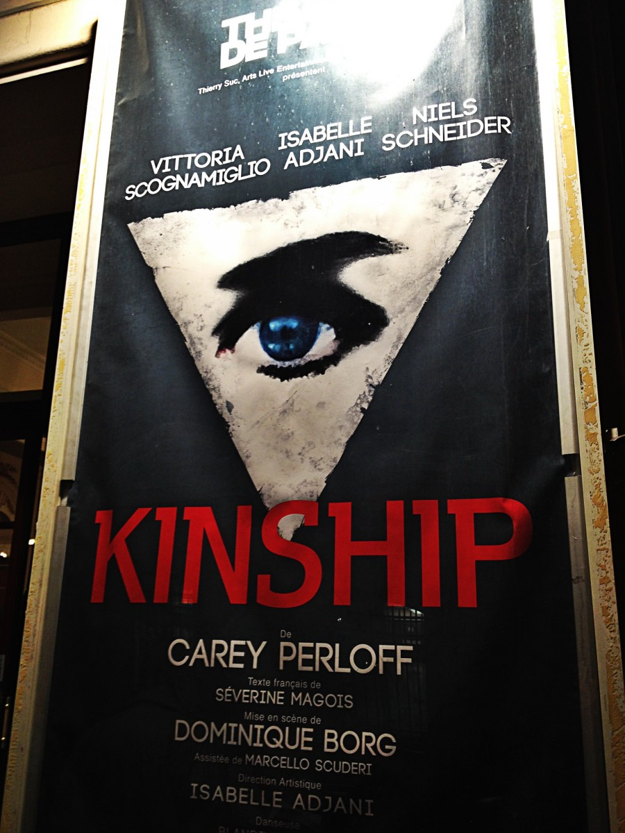 Affiche Kinship pièce Carey Perloff avec Isabelle Adjani Vittoria Scognamiglio Niels Schneider Théâtre de Paris mise en scène Dominique Borg photo by United States of Paris blog
