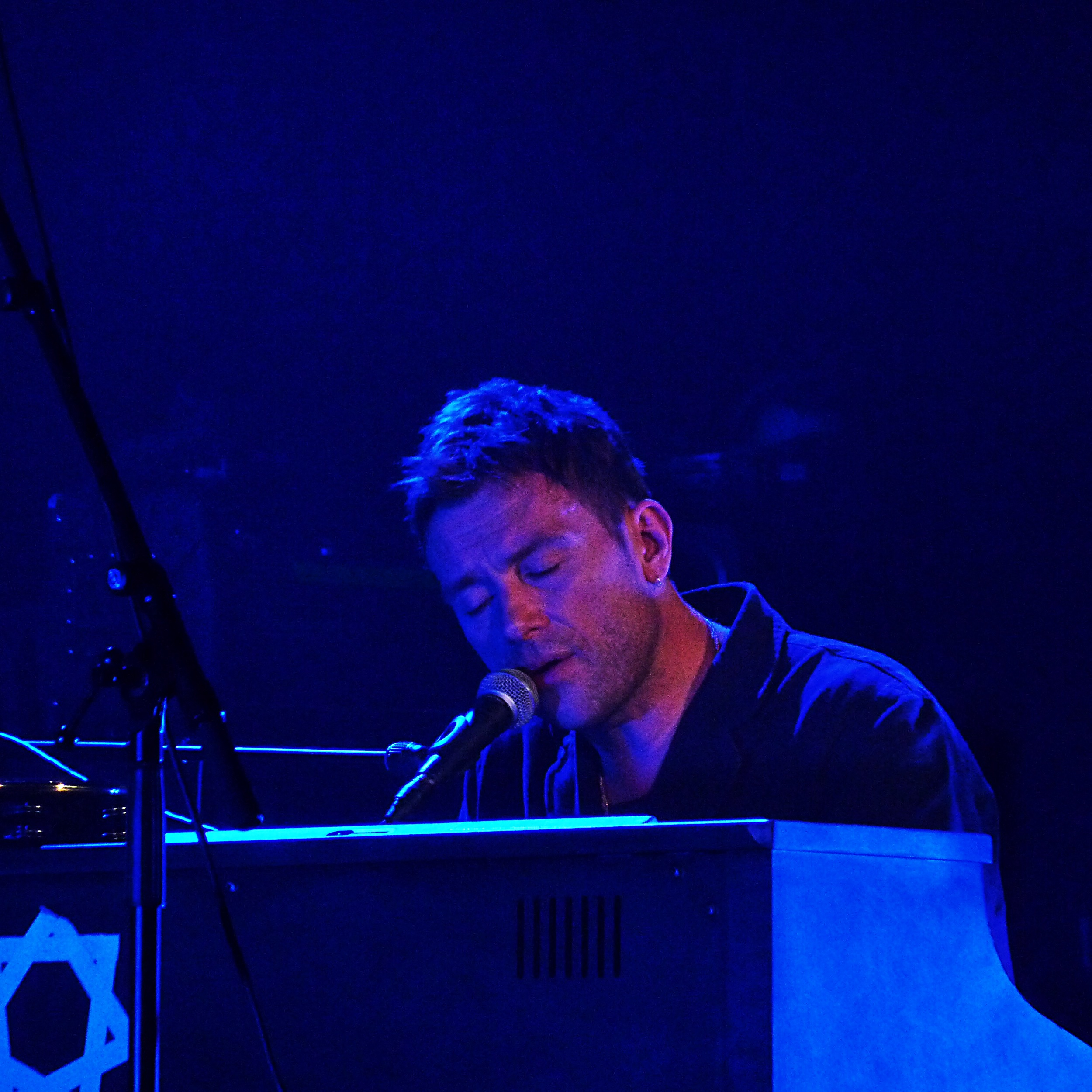 Damon Albarn piano concert on stage singer blur gorillaz  live show Casino de Paris Festival Les Inrocks Philips Everyday robots photo by United States of Paris Blog