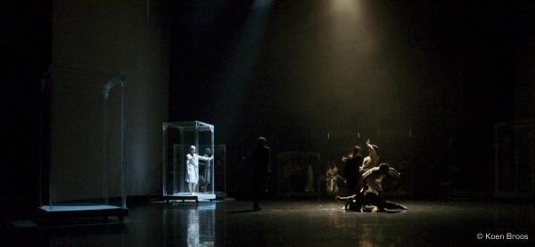 Genesis de Sidi Larbi Cherkaoui Tezuka La grande Halle La Villette Yabin Wang danse live show ©Koen Broos