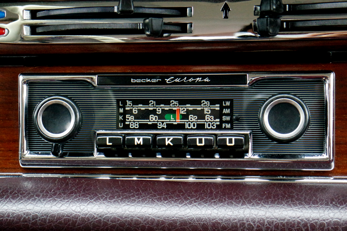 Radio FM Becker Europa intérieur Mercedes 280 SE voiture collection Paris Balade visite insolite capitale city tour photo by United States of Paris blog