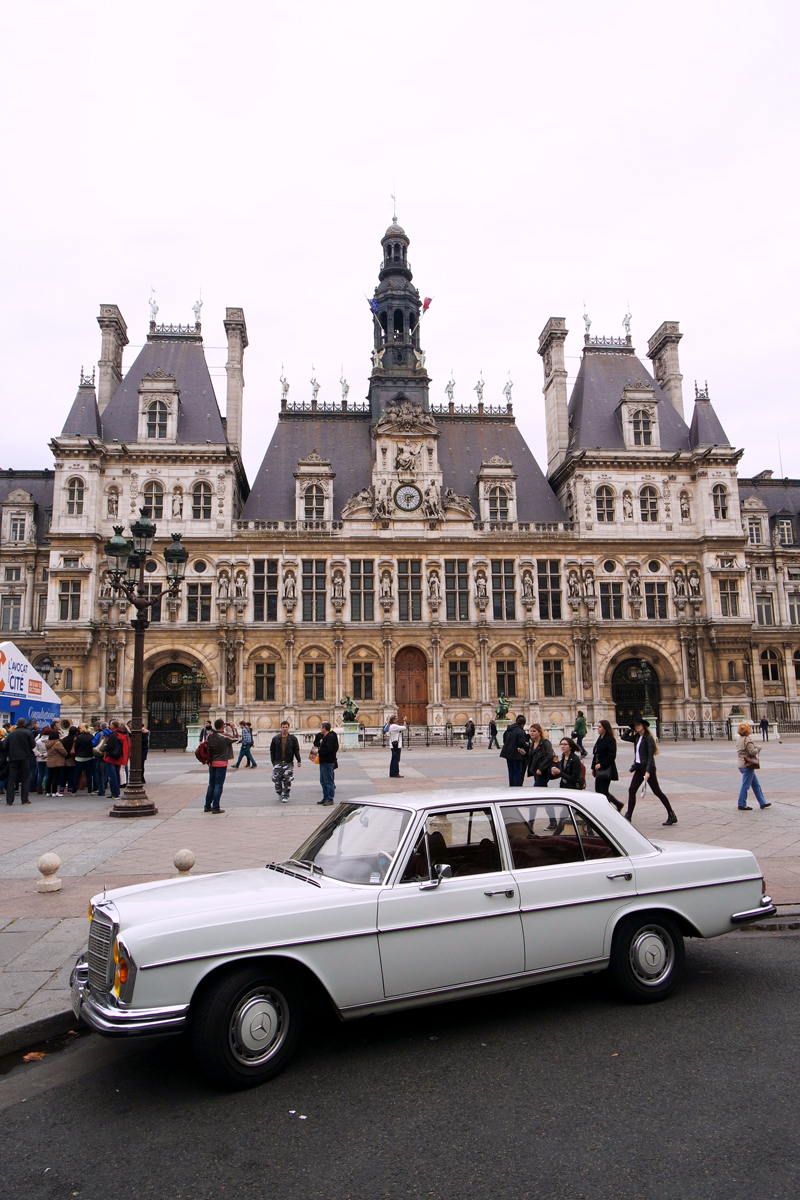 Visite-insolite-de-Paris-en-voiture-de-collection-Mercedes-280-SE-vintage-avec-Paris-Balade-city-tour-balades-Parvis-Hôtel-de-Ville-photo-by-United-States-of-Paris-blog