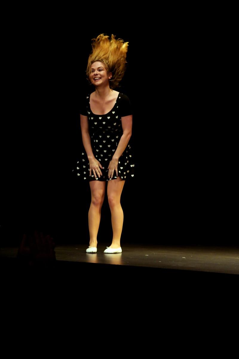 Constance humoriste sur scene nouveau spectacle Partouze Sentimentale Comédie de paris humour photo by United States of Paris blog