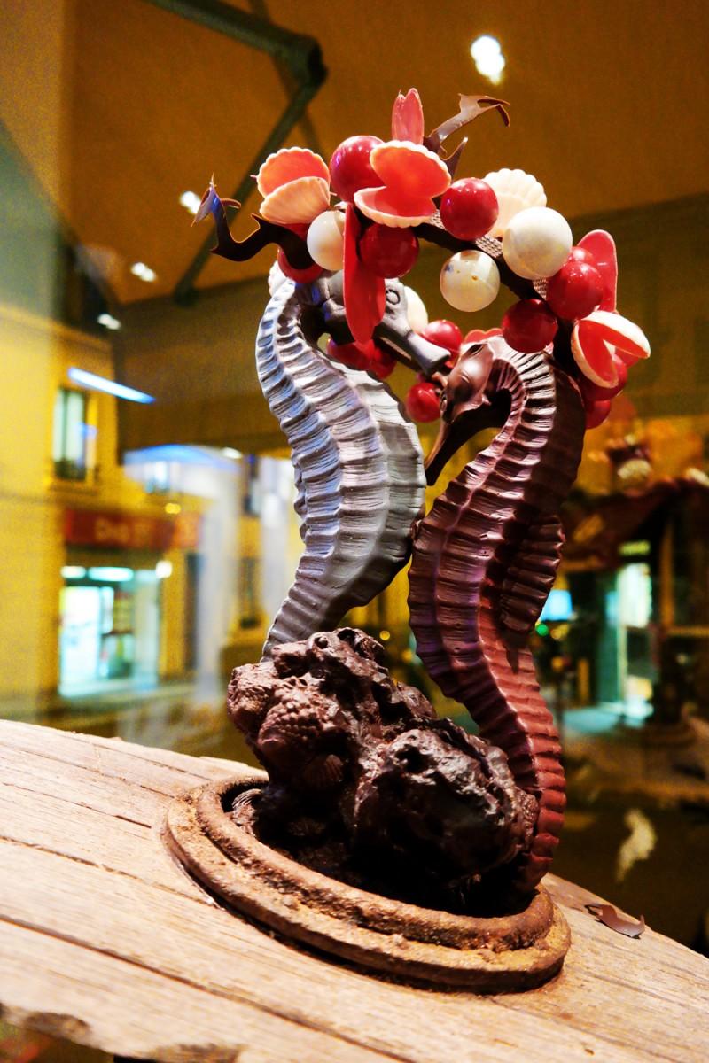 Duo-hippocampes-en-chocolat-création-Luc-Baudin-World-Master-Chocolate-2015-Eugène-Paris-Boulangerie-patisserie-chocolaterie-photo-United-States-of-Paris-blog