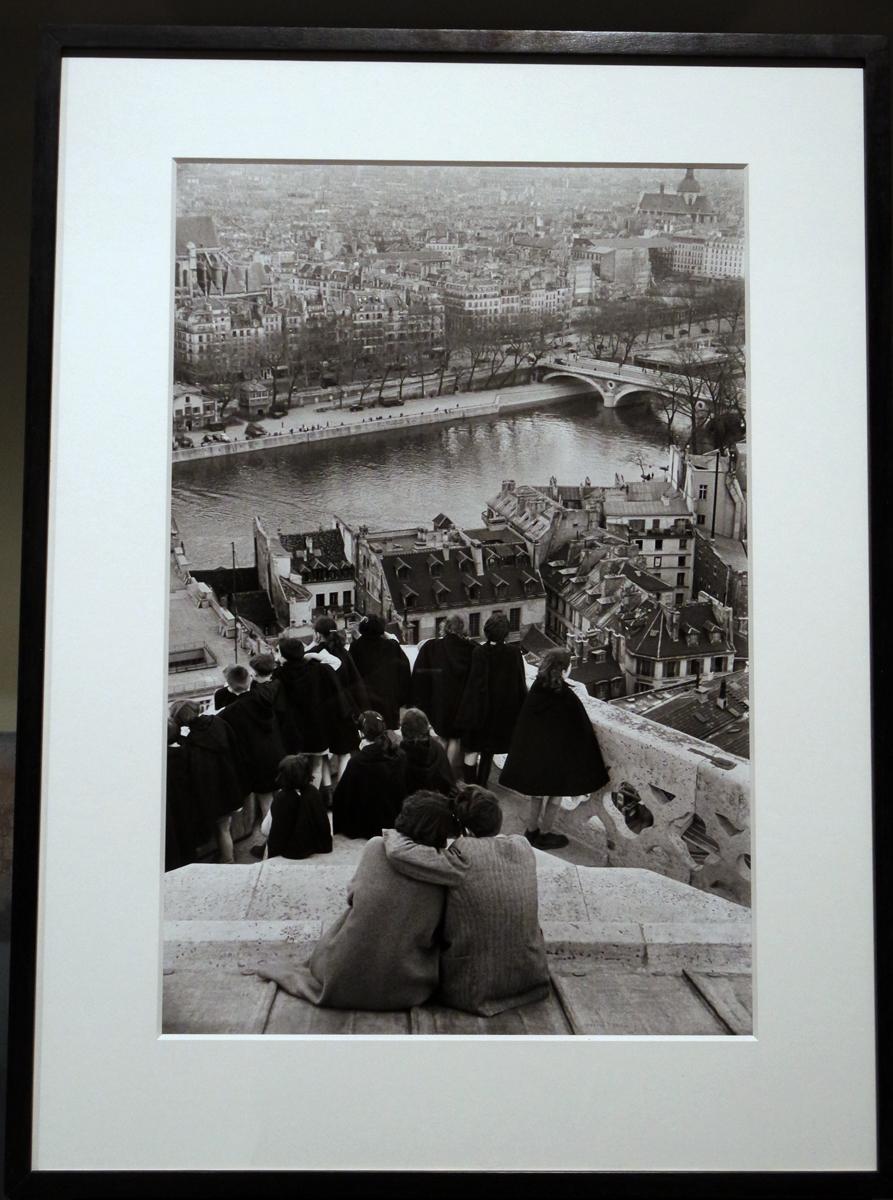 Photographie Vue de Notre Dame de Paris 1953 couple amoureux by Henri Cartier Bresson photographe exposition Paris Magnum agence Hotel de ville la capitale par les plus grands photoreporters