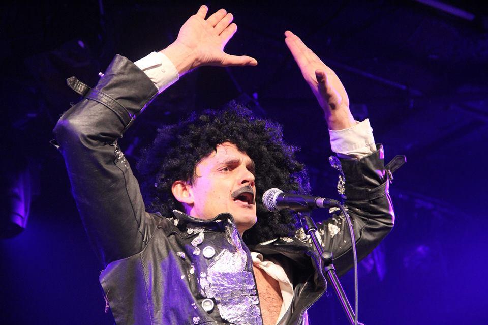 Les Chiche Capon spectacle La 432 mis en scène Karim Adda Raymond Raymondson humour clown comédiens comiques chanteurs costumes