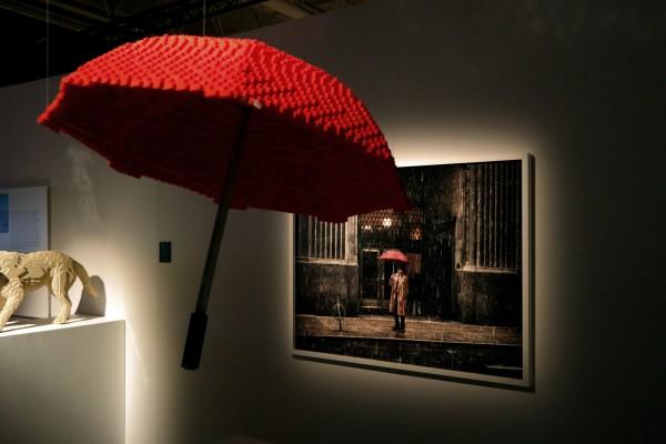 The art of the Brick  Nathan Sawaya art création Umbrella parapluie briques lego critique avis photo by United States of Paris