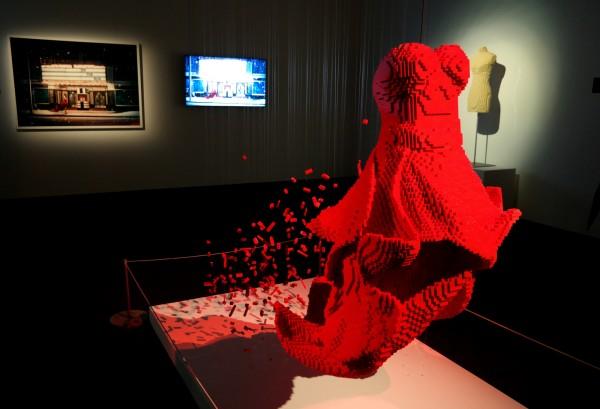 The art of the Brick  Nathan Sawaya art création briques lego critique avis Dress photo by United States of Paris