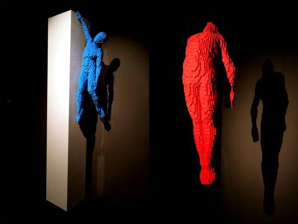 The art of the Brick  Nathan Sawaya  critique avis art création Hanging on the edge ascension briques lego  photo by United States of Paris Hanging on the edge ascension