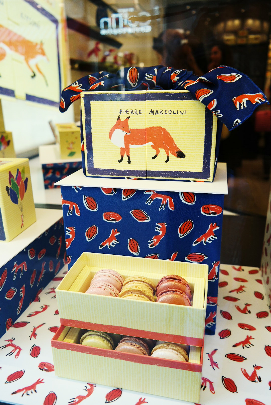 Coffret-de-macarons-exclusivité-boutique-Pierre-Marcolini-X-Maison-Kitsuné-Bento-Box-Rue-du-Bac-Sucré-événement-dégustation-patisserie-photo-by-united-states-of-paris-blog