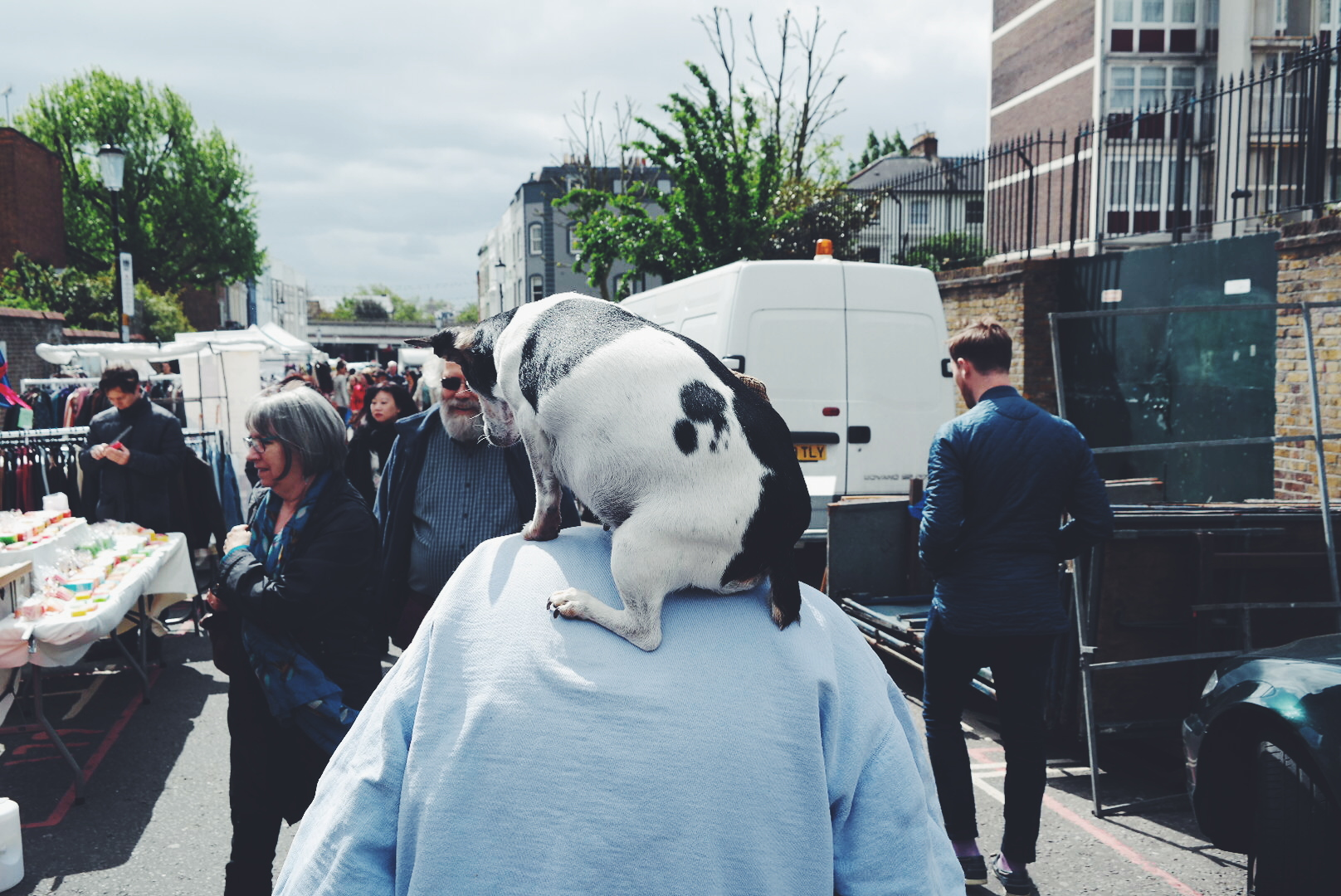 Dog on my shoulders Portobello Road Market London street Londres photo Samsung Galaxy S6 Edge smartphone United States of Paris blog