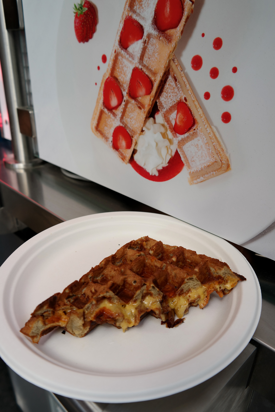 Gaufre-salée-cheddar-chutney-d-oignons-by-Les-Oublieurs-Ange-Macias-kiosque-gourmand-street-food-sur-le-pouce-boulevard-haussmann-Printemps-150-ans-photo-blog-united-states-of-paris