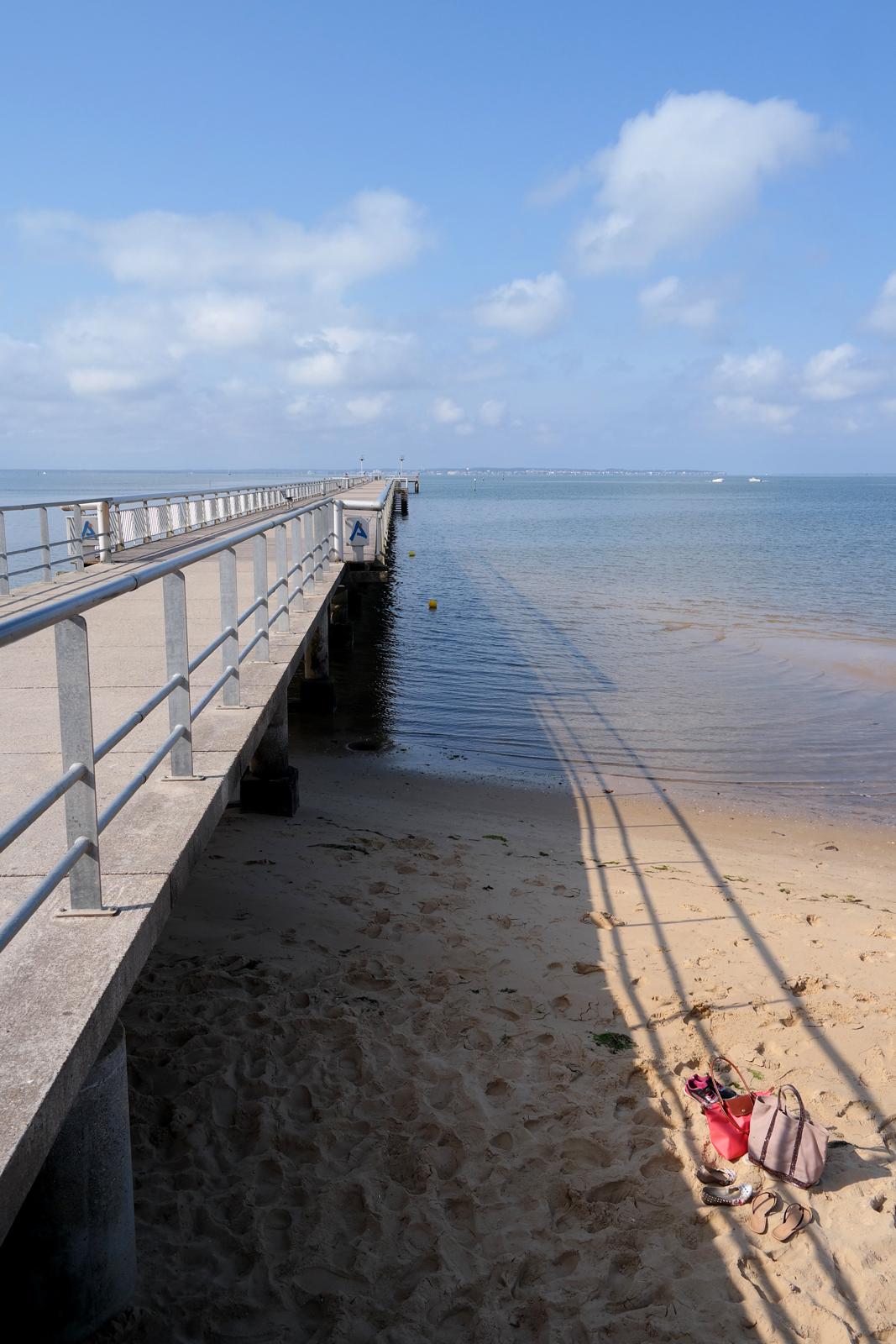 Jetée-promenade-et-plage-de-sable-ville-Andernos-les-Bains-Bassin-d-Arcachon-vraies-vacances-soleil-vue-Gironde-Aquitaine-photo-by-United-States-of-Paris-blog