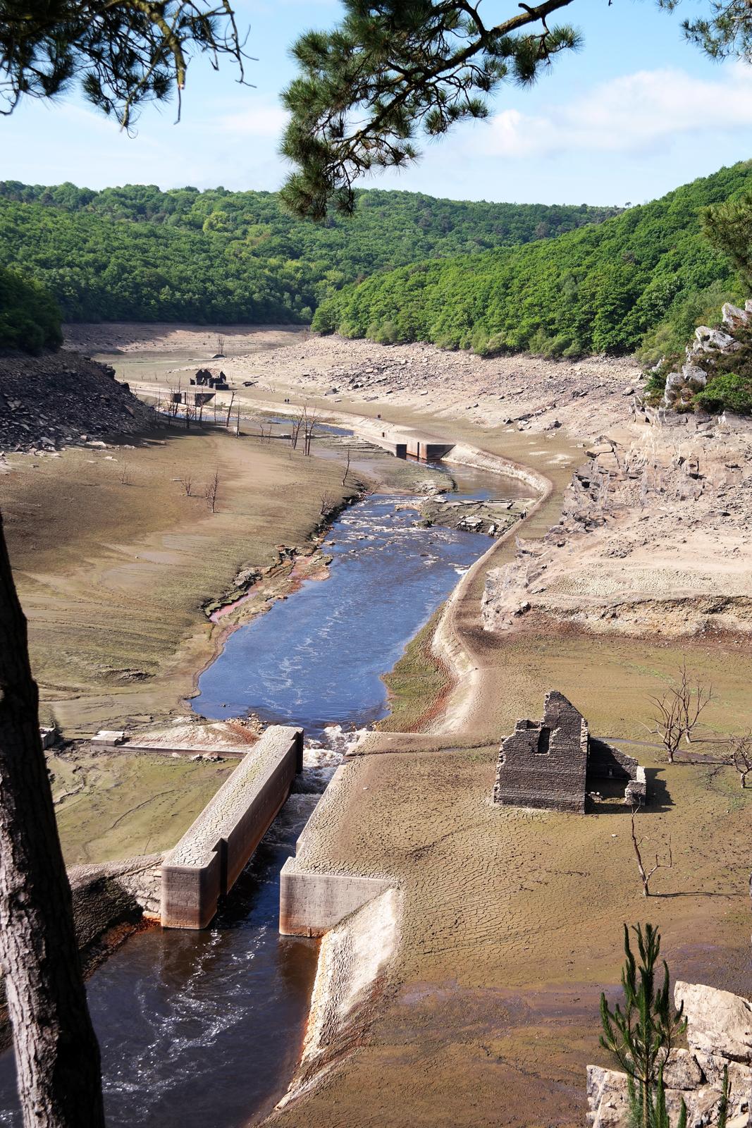 Lac-de-Guerledan-vidange-2015-barrage-vide-point-de-vue-panoramique-Trégnanton-maison-abandonné-écluse-Bretagne-tourisme-circuit-découverte-voyage-photo-by-blog-united-states-of-paris