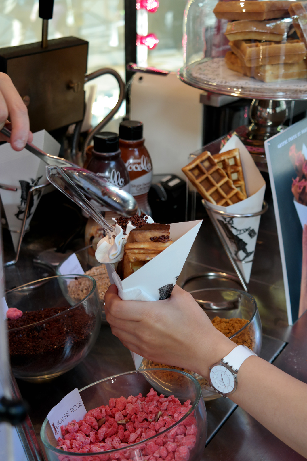 es-Oublieurs-gaufre-d-antan-sucrée-chocolat-chantilly-by-Ange-Macias-Kiosque-Gourmand-150-ans-Printemps-Boulevard-Haussmann-dessert-street-food-photo-by-united-states-of-paris-blog