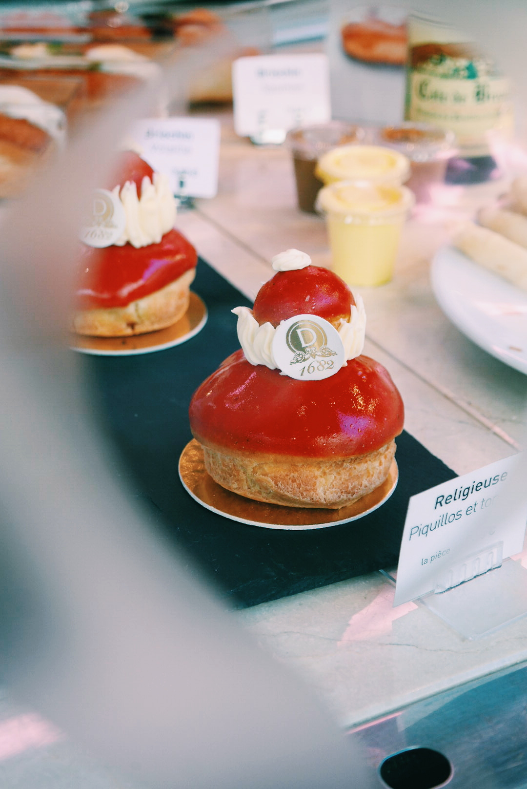 Religieuse-salée-par-Dalloyau-Paris-chou-glacé-tomate-piquillos-crème-mascarpone-à-la-tomate-petit-chou-à-la-crème-de-pesto-dégustation-Rue-du-Bac-Sucré-photo-by-united-states-of-paris-blog