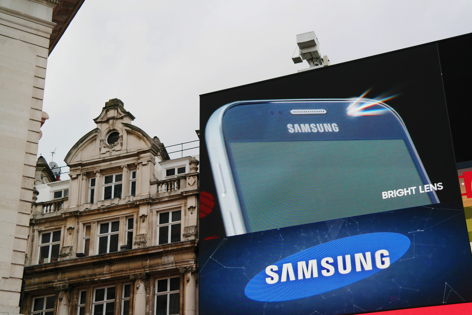 Samsung Galaxy S6 Edge smartphone bright lens Picadilly Circus advertising screens London street Londres publicités sur écran capteur 16 megapixels photo by United States of Paris blog