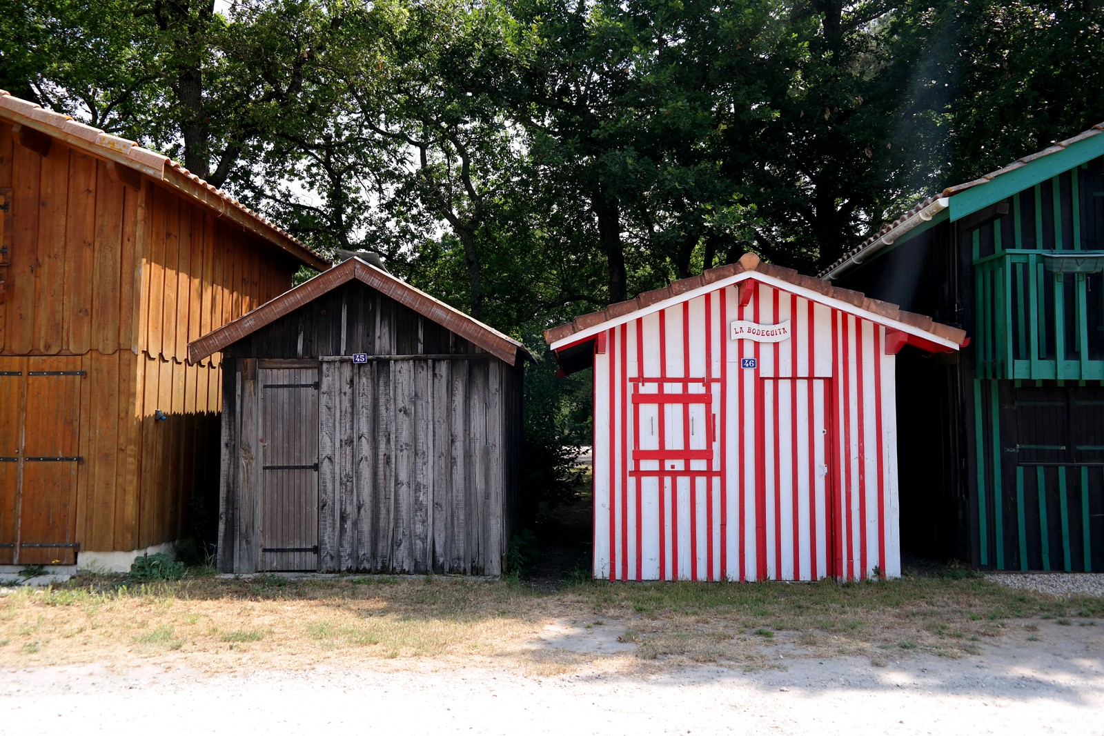 Cabane-colorée-en-bois-la-Bodeguita-berges-Port-de-Biganos-Bassin-d-arcachon-patrimoine-vraies-vacances-tourisme-Landes-de-Gascogne-Gironde-photo-by-united-states-of-paris-blog