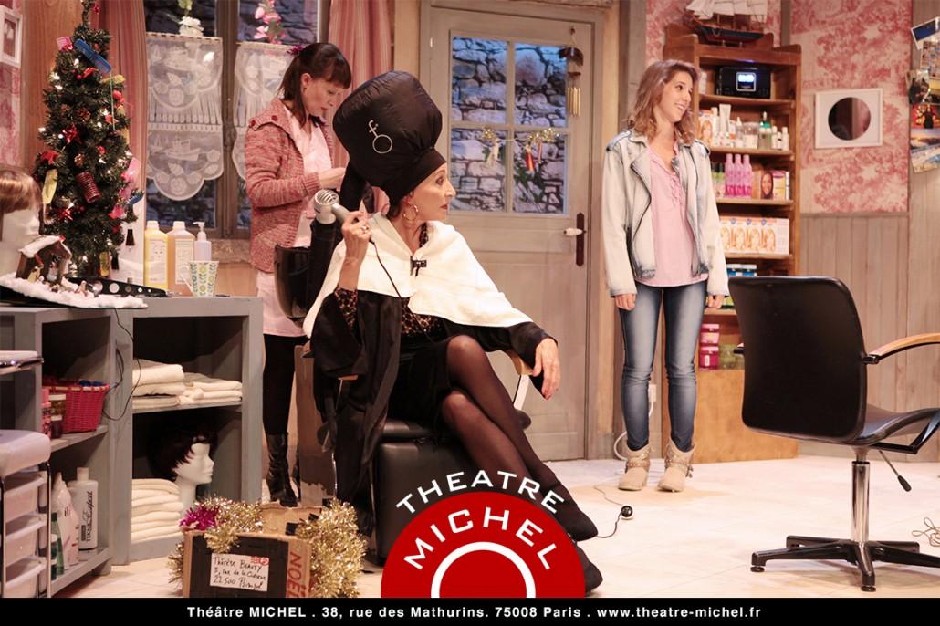 Coiffure et confidences pièce et comédie au Théâtre Michel Paris avec les comédiennes Isabelle Tanakil Léa François Sandrine Le Berre photo de scène
