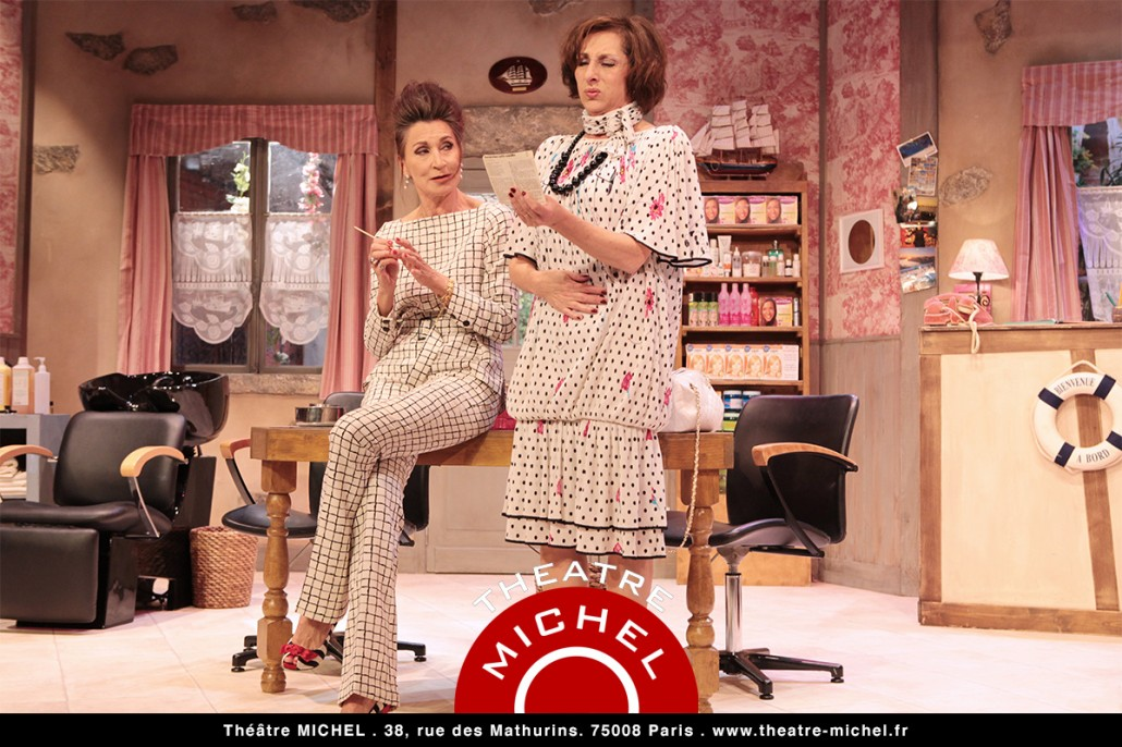 Coiffure et confidences pièce et comédie au Théâtre Michel Paris avec les comédiennes Isabelle Tanakil Mari-Hélène Lentini photo de scène