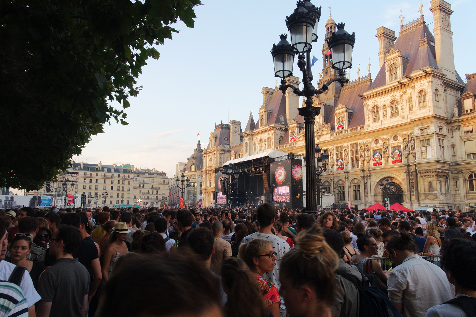Fnaclive-festival-2015-vue-grande-scène-Parvis-de-l-hotel-de-ville-paris-public-festivaliers-foule-photo-by-united-states-of-paris
