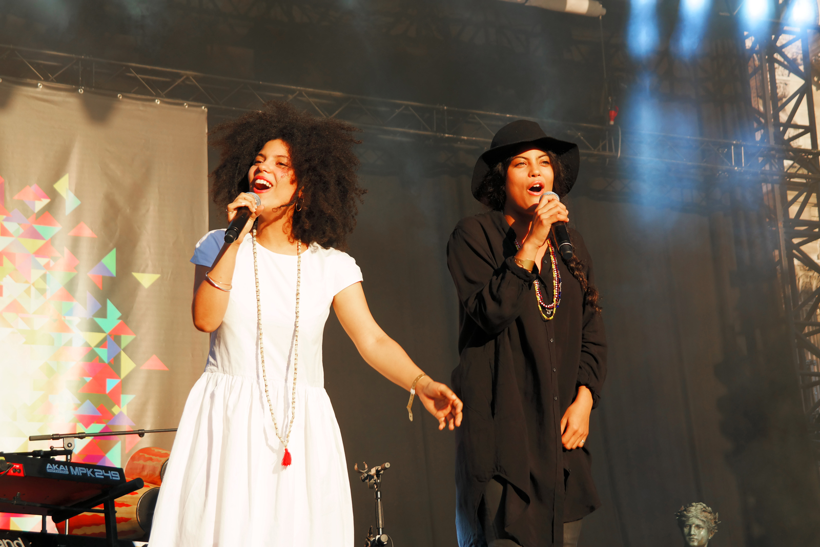 Ibeyi-live-concert-festival-fnaclive-2015-paris-Lisa-Kaindé-et-Naomi-Diaz-musique-tournée-stage-photo-scène-by-united-states-of-paris-blog