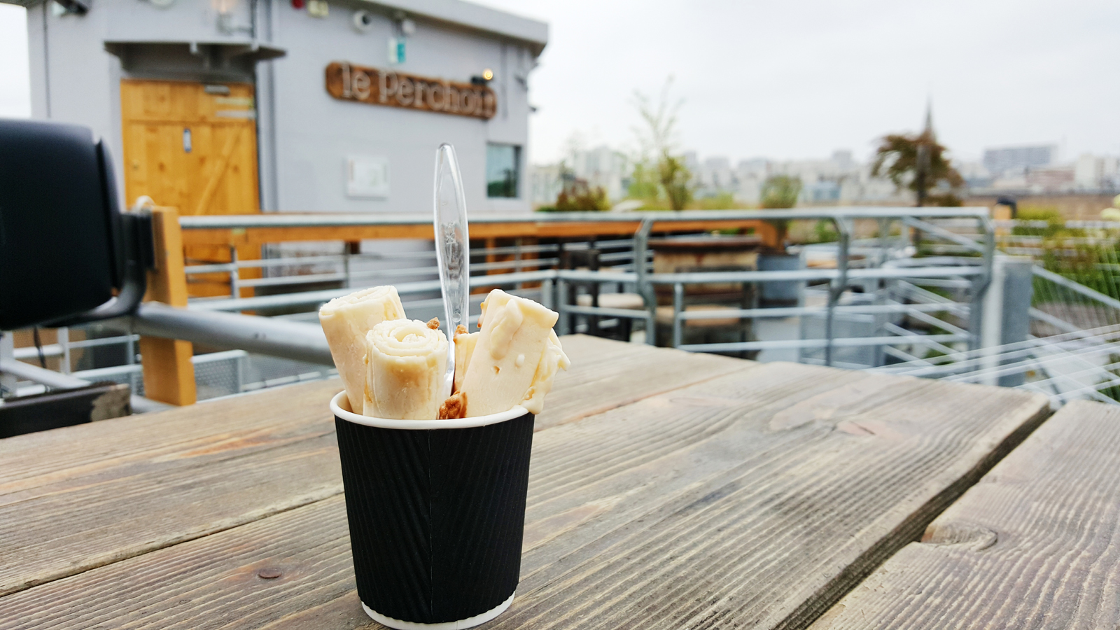 IceRoll-caramel-amandes-ice-cream-refreshed-nouvelle-expérience-de-crème-glacée-plaque-gelée-produits-de-qualité-dégustation-glace-Le-Perchoir-photo-by-united-states-of-paris-blog