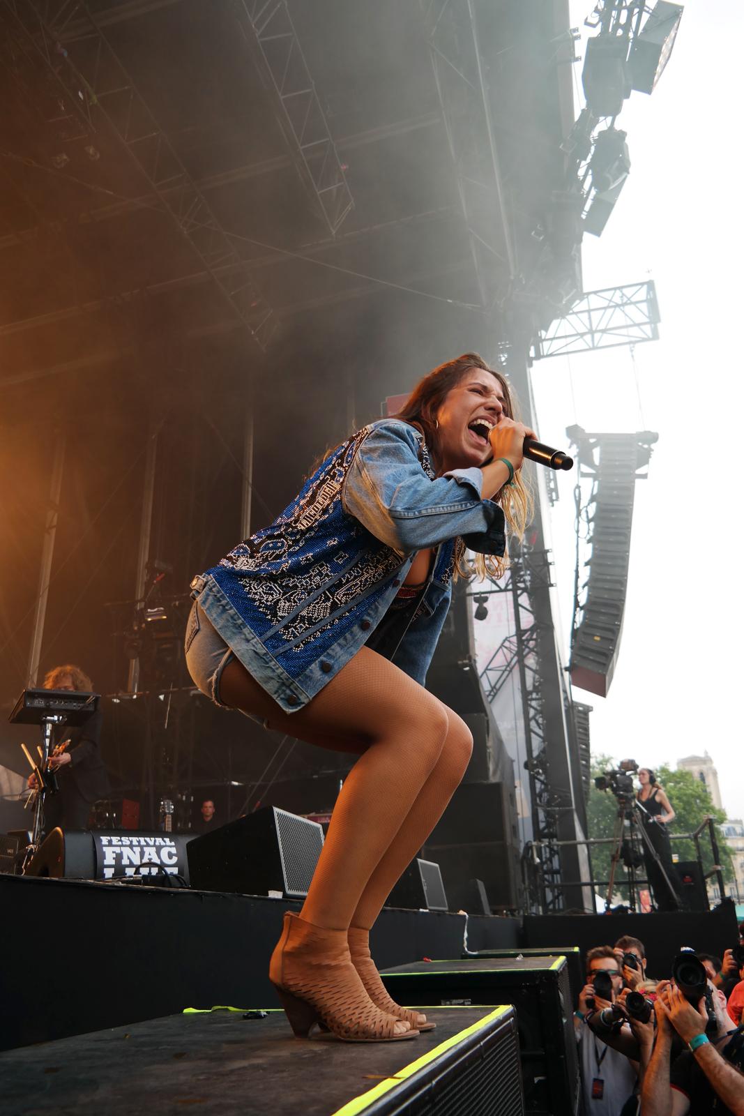 Izia-Higelin-fnaclive-2015-festival-live-concert-parvis-hotel-de-ville-tournée-la-vague-album-stage-photo-scène-by-United-states-of-paris-blog
