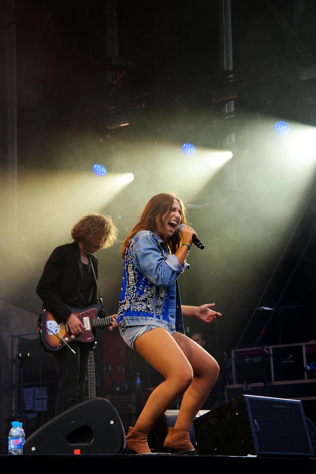 http://www.unitedstatesofparis.com/wp-content/uploads/2015/07/Izia-music-fnaclive-2015-festivial-live-concert-parvis-hotel-de-ville-tournée-la-vague-album-stage-music-higelin-photo-scène-by-United-states-of-paris-blog.jpg