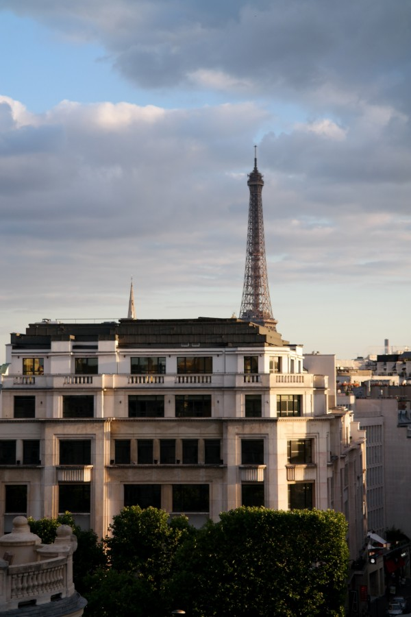 La-Tour-Eiffel-tower-vue-de-la-terrasse-rooftop-été-summer-Restaurant-Le-W-Hotel-Warwick-Champs-Elysées-4-étoiles-rue-de-berri-photo-by-united-states-of-paris-blog