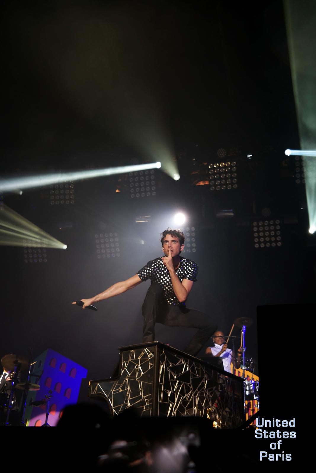 Mika-piano-concert-fnalive-2015-festival-live-music-tournée-no-place-in-heaven-tour-singer-chanteur-stage-photo-scène-by-united-states-of-paris-blog