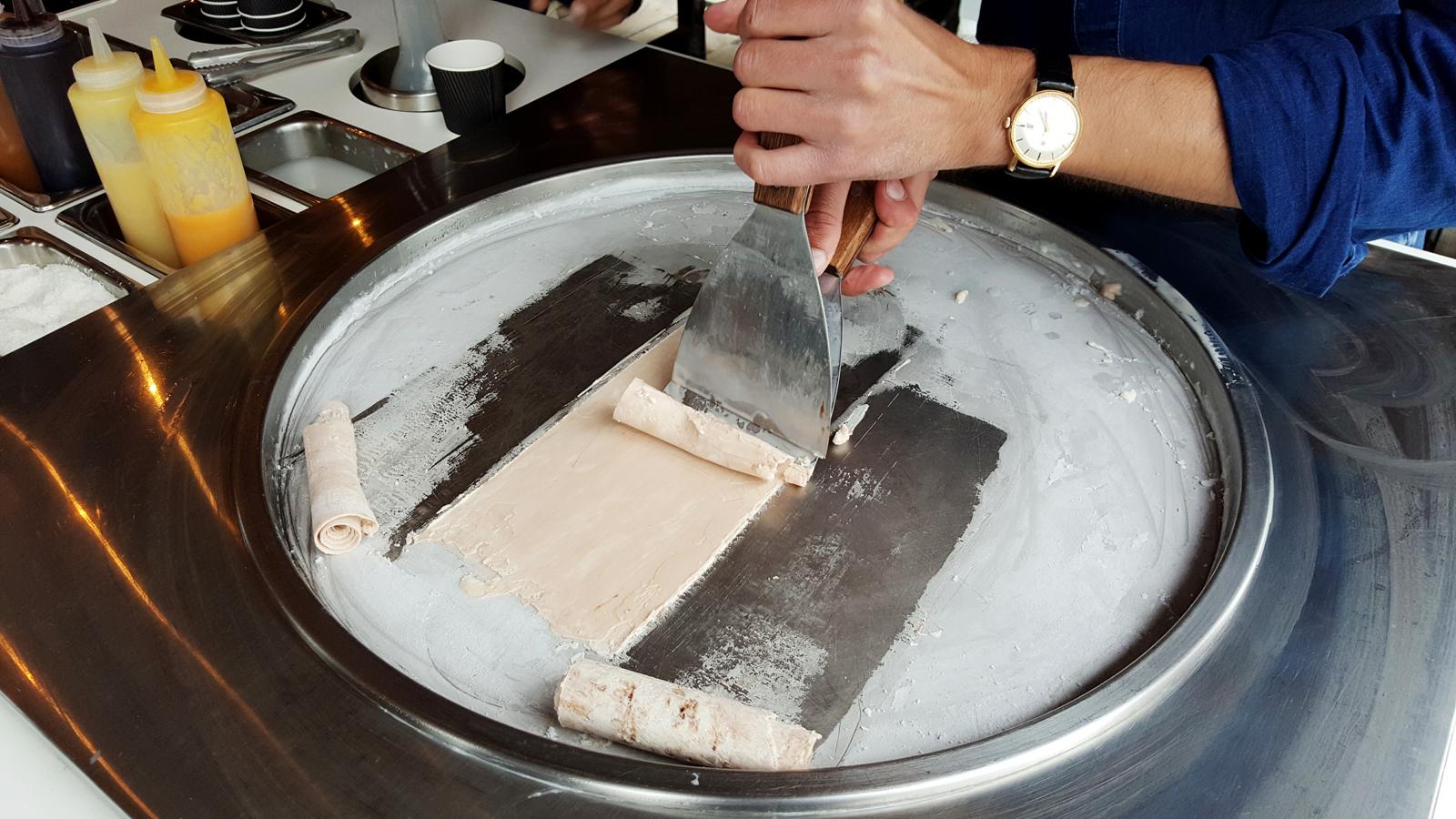 La glace iceroll tient boutique dans le marais cet t - Comment faire des glaces a l eau ...