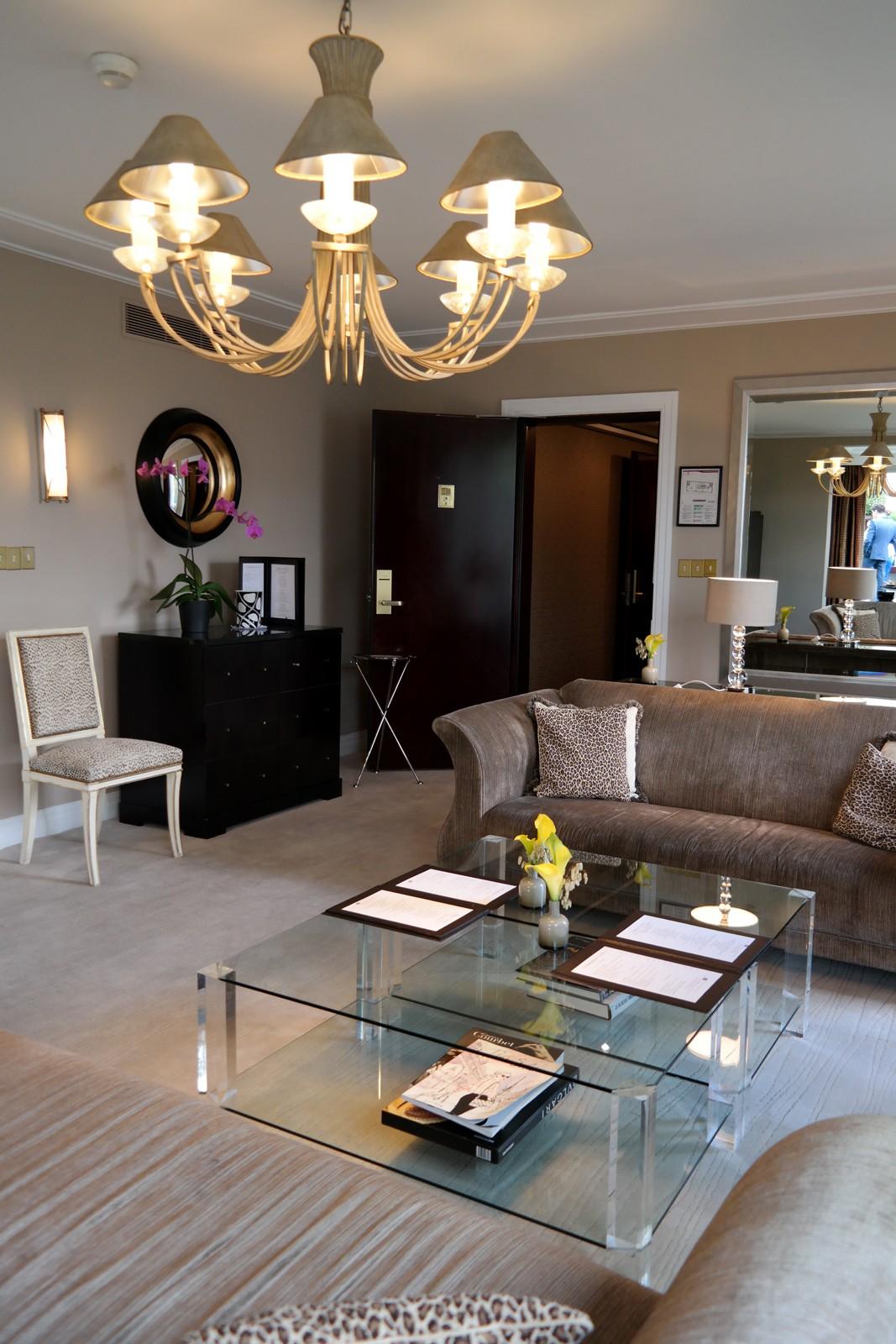 Salon-de-la-suite-présidentielle-avec-terrasse-privée-Hotel-Warwick-Champs-Elysées-4-étoiles-rue-de-Berri-photo-by-united-states-of-paris-blog