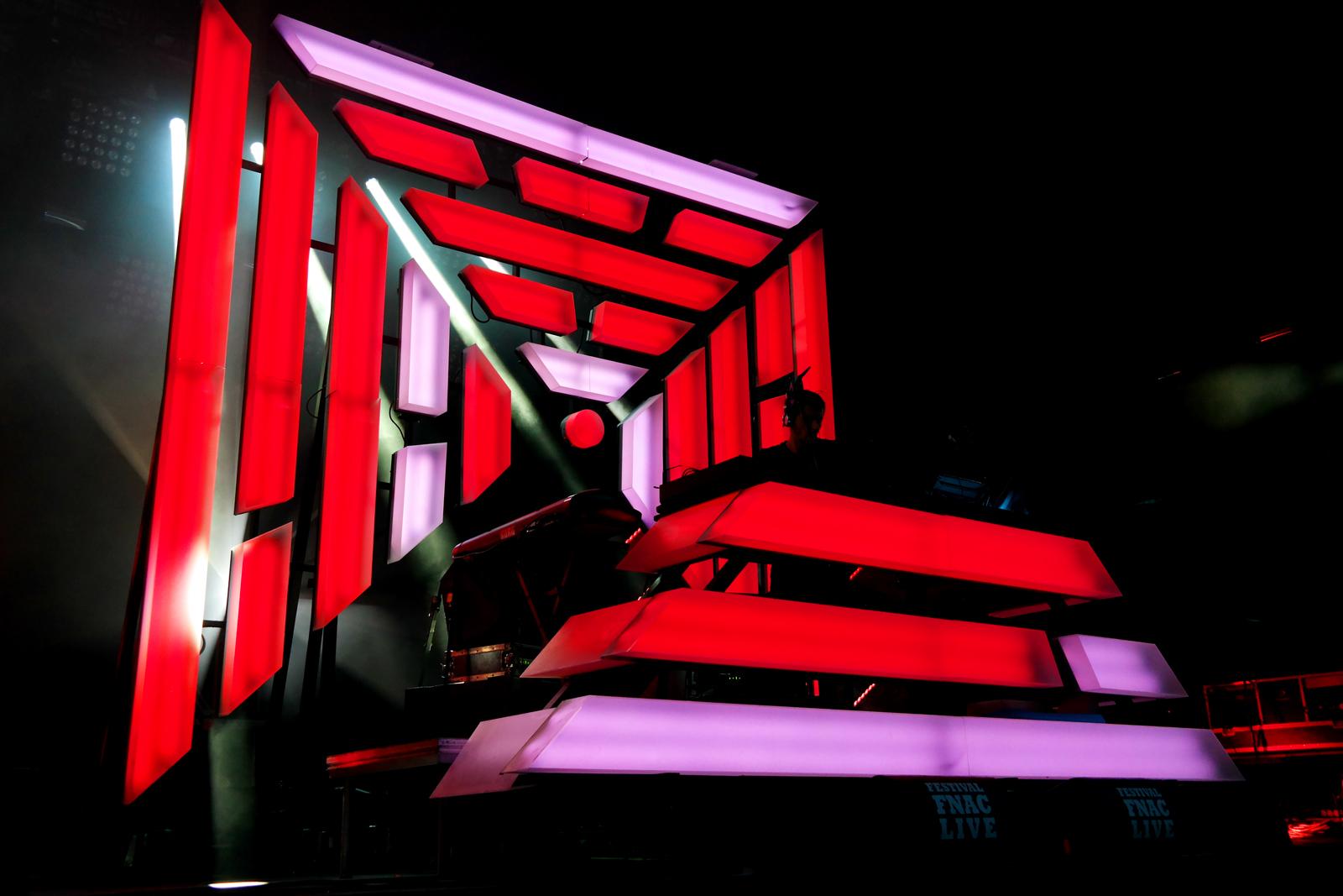 The-Avener-fnaclive-2015-festival-concert-live-dj-set-Tristan-Casara-tournée-The-wanderings-of-the-avener-tour-red-stage-photo-scène-by-united-states-of-paris-blog