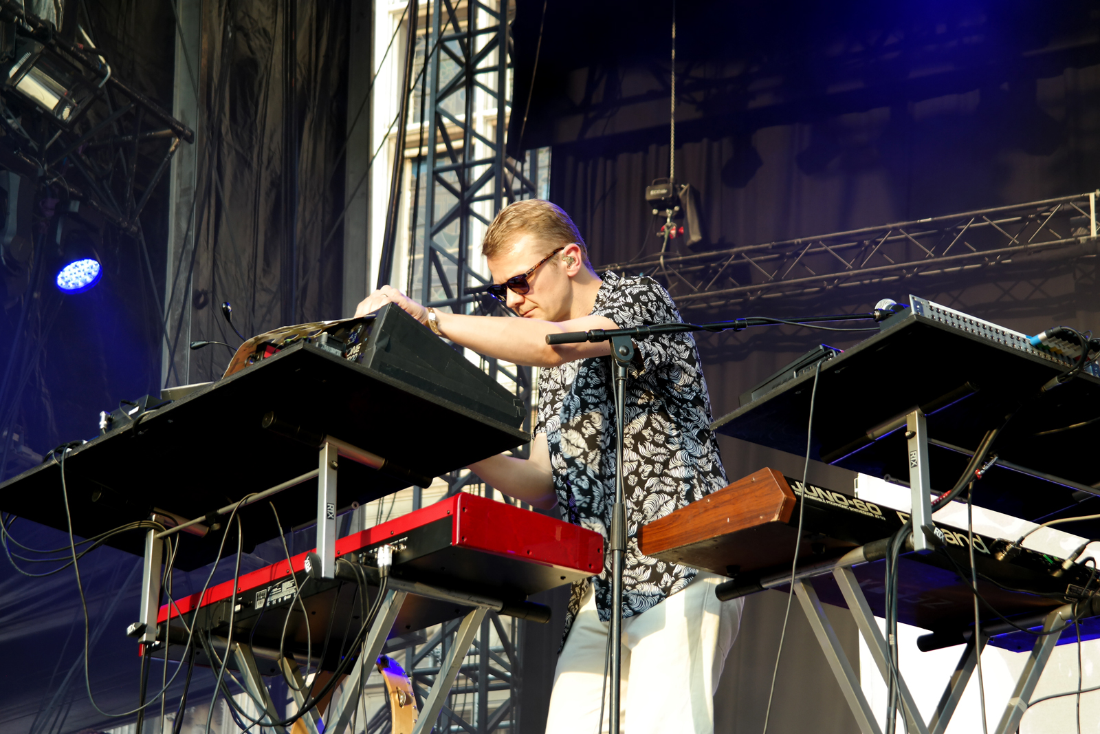 Tommy-Grace-Django-Django-synthesizer-operator-claviers-live-fnaclive-2015-concert-album-born-under-saturn-tour-stage-photo-by-united-states-of-paris-blog
