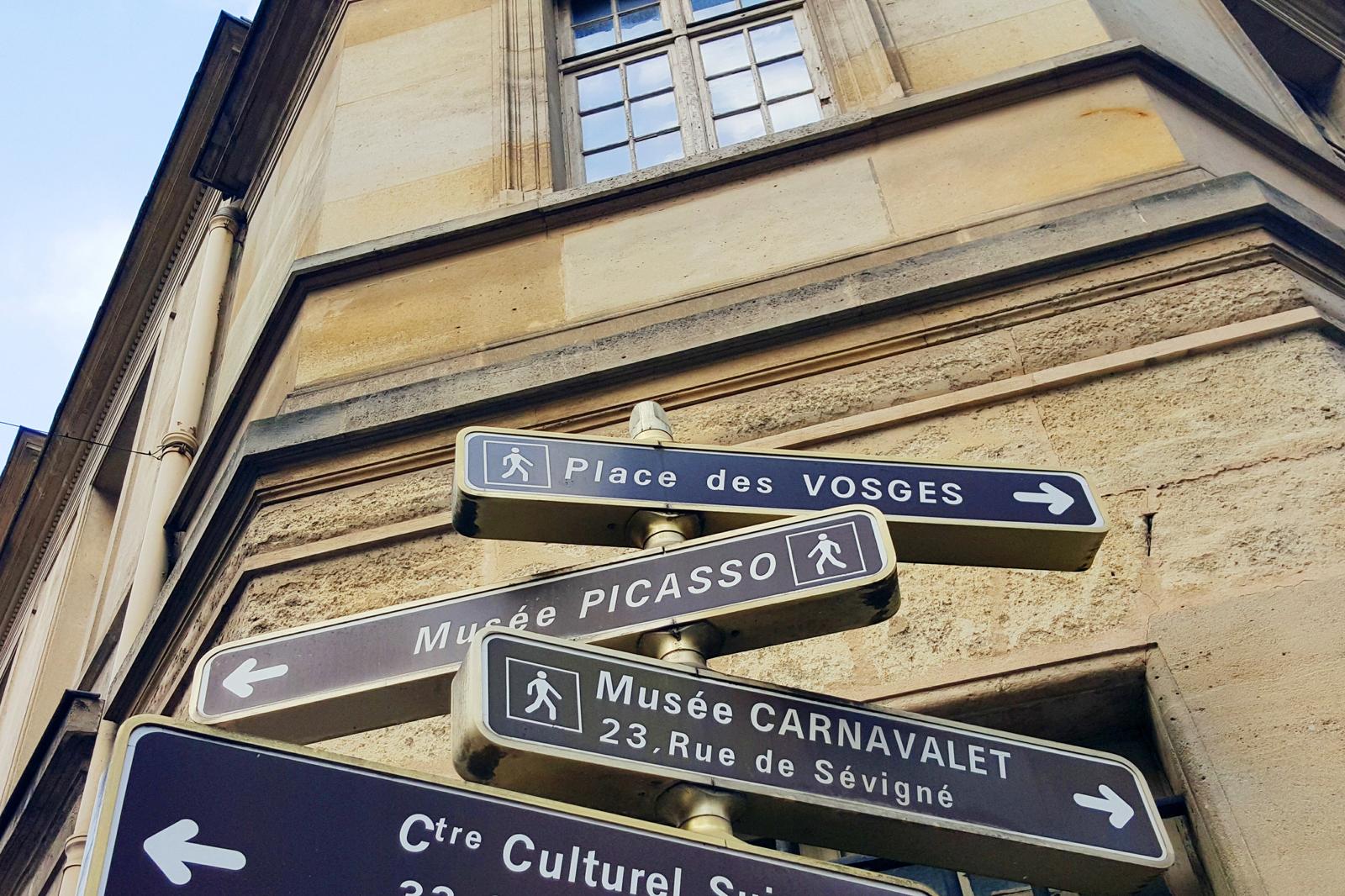 Le Marais rue panneaux de direction Musée national Picasso Paris Musée Carnavelet Place des Vosges photo by united states of paris blog