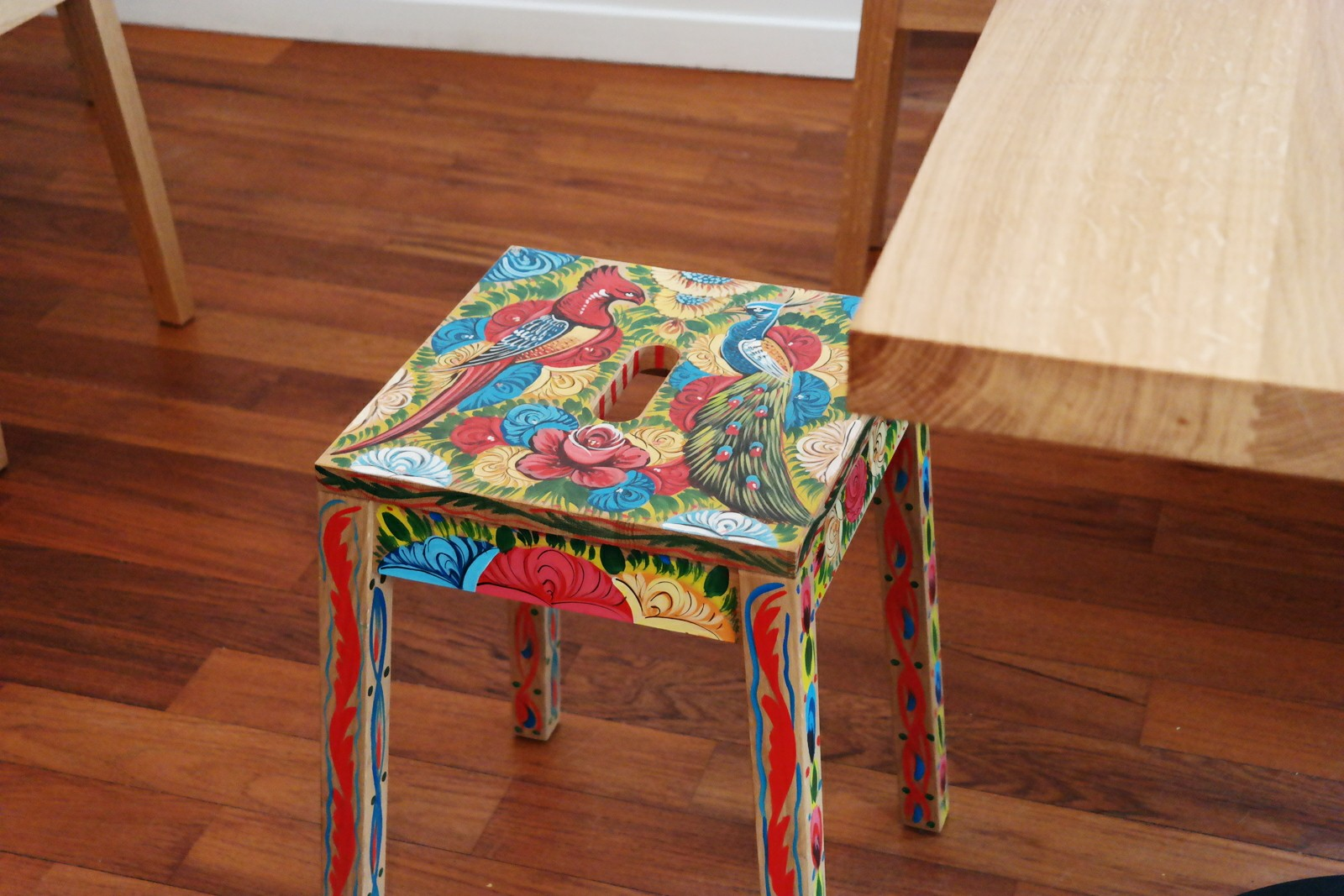 Tabouret-by-Pakistani-Truck-Art-Pakistanais-stool-au-Rice-Trotters-restaurant-concept-riz-déco-intérieure-photo-by-united-states-of-paris-blog