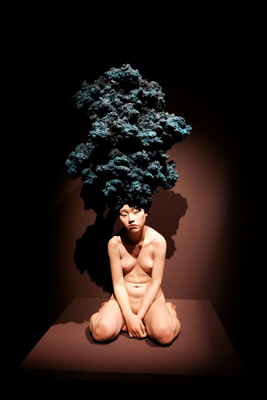 Hey! Act III exposition Halle Saint Pierre Paris exhibition The Dreamer Blue 2007 oil on resin sculpture de Choi Xooang corée du sud collection privée photo usofparis